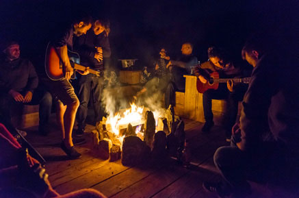 A spontaneous jam-session on the decking around the firepit. © Nic Taylor Photography, The Grand Hostels, gestalten 2018