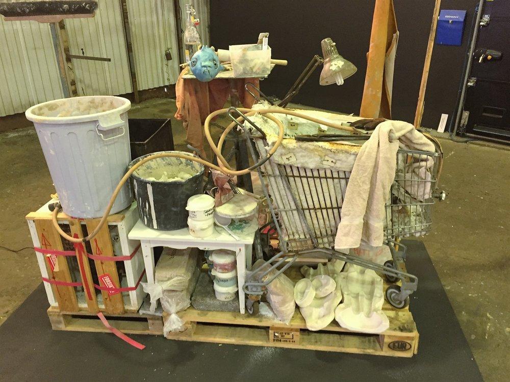 Om «Keramikers flåte»     «Keramikers flåte» er et verk/installasjonbygd opp av gjenstander fra mitt eget verksted. Gjenstander som omgir meg og/eller brukes når jeg er på jobb, og som har samlet seg opp over mange år som kunsthåndverker. Et hvert verksted, også keramikkverkstedet har sin egen estetikk, visuelt, men også ved lukt og lyd, og en egen materialitet. En utviklet følelse for alle gjenstanders materialitet ligger i verkets uttrykk. Det er bl.a. gjenstander i installasjonen som brukes i forbindelse med rakubrenninger, og manvil derfor også kunne kjenne lukten av røyk og tjære. Lydopptak fra verkstedet er en del av installasjonen. Til det har jeg hentet inn bistand av musiker Torbjørn Solbakken. På samme måte som jeg bearbeider og manipulerer leira, har han gjort opptak av lyder fra verkstedet mens jeg jobber, og bearbeidet og satt sammen disse, til en komposisjon som svinger fra det gjenkjennelige til det abstrakte. Solbakken sier følgende om prosessen.   «Utrustet med en lydopptaker var jeg sammen med Dag når han jobbet i sitt studio og fikk «fanget» et rikt spekter av lyder, alt fra en brusende elv, krakeleringslyder under brenninger, arbeid med leira og heftig fresende ovn. Den ferdige lyden til Keramikers flåte er en miks av autentiske og bearbeidede lyder fra prosessen.»    For meg henspeiler ordet flåte , på assosiasjoner som reise (livsreise), det å tørre legge utpå , usikkerheten som ligger i det å være kunstner, både i den skapende prosess, men også når det gjelder økonomi, anerkjennelse osv. Vil denne flåten holde? Itillegg også følelsen av frihet, den deilig utrygge og nesten forbudte frihet. Som flåten vi lagde som barn ved den store innsjøen.