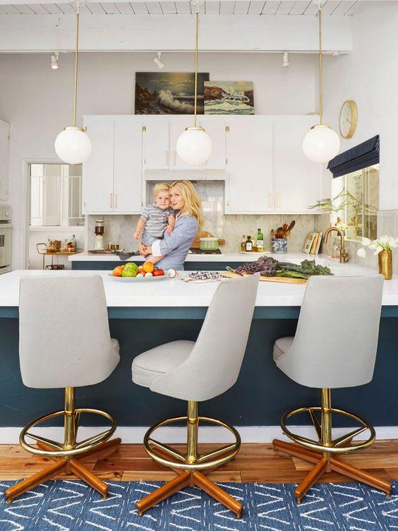 Le laiton et le bleu sont complémentaire.On retrouve beaucoup de teinte de bleus différentes,surtout dans le bas des armoires.  Mention spécial : aux les tabourets (qui semblent être ULTRA confortables) et pour le plafond en latte de bois blanc.