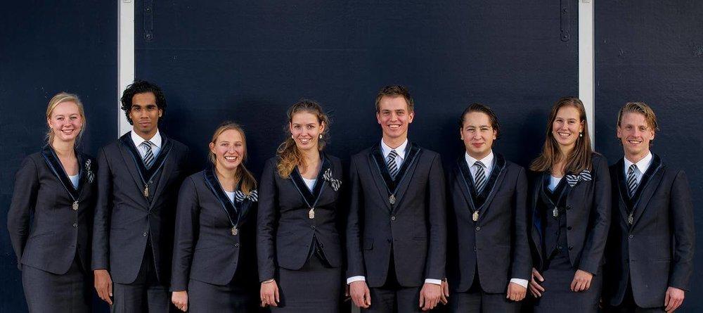 Eenteameenuitstraling(bewerkt5) Pak Student Bestuur Vereniging De Oost Bespoke Academy.jpg