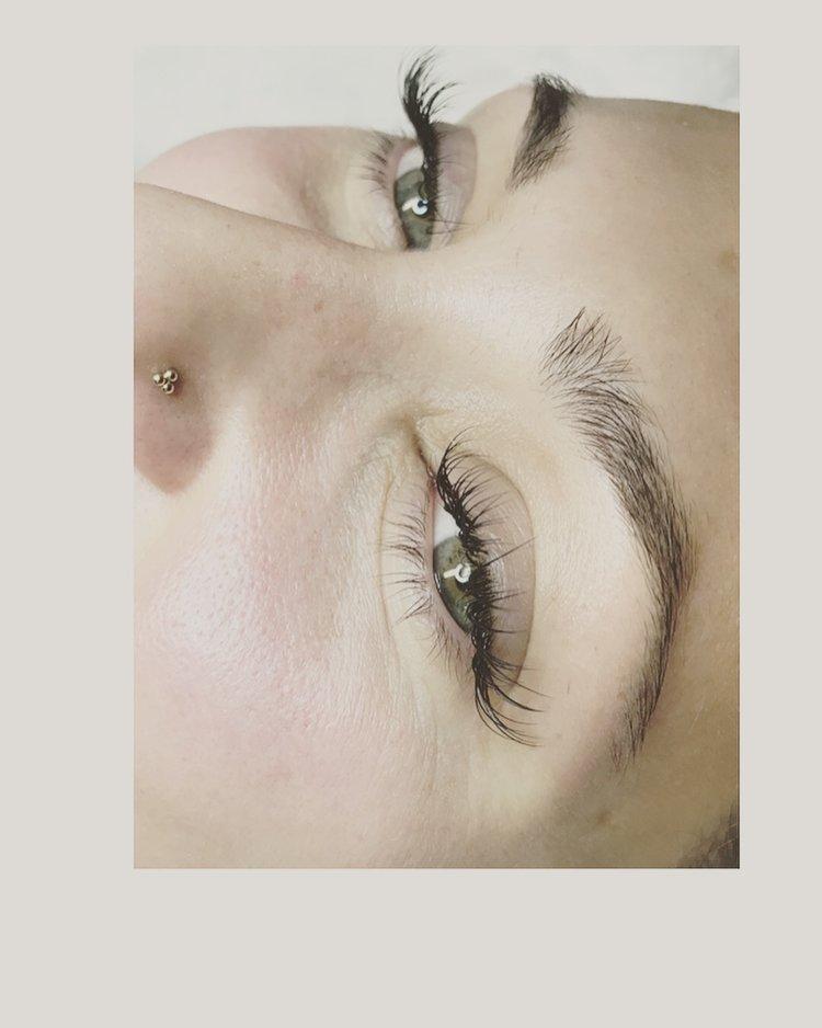 8dfef763c77 Classic lash application with cat-eye flare by Krystal