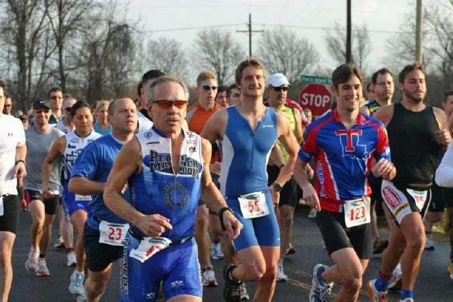 Richard (front left in the blue and white jersey set) and Lupe (back left in the predominantly white jersey) at the start of the Dustbuster Duathlon (2008-01-06)
