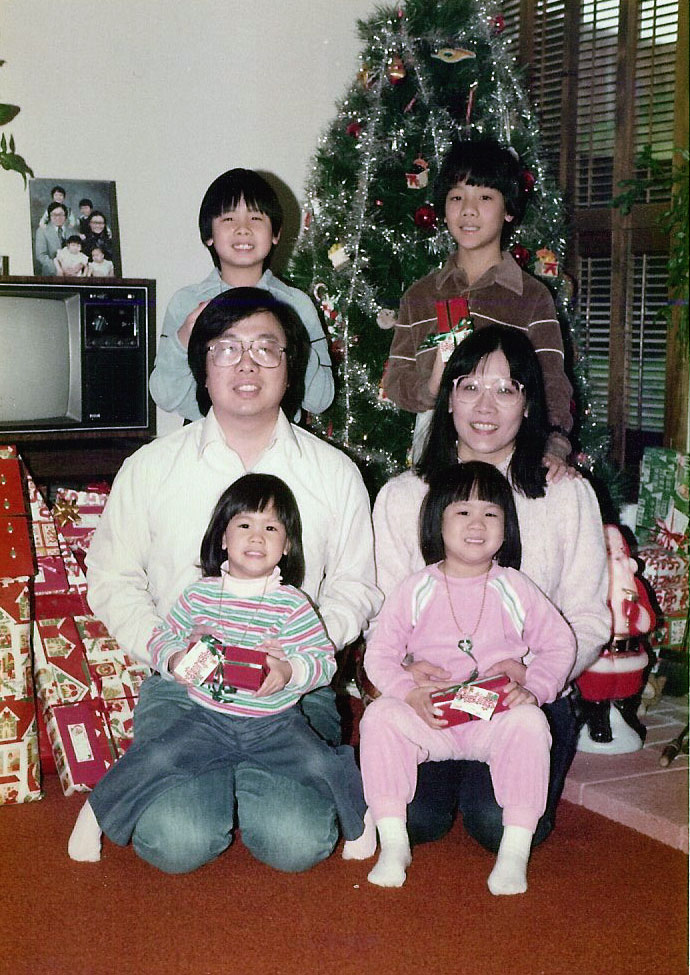 I am the bottom-left child. Yes, it's not a newborn photo, but the photo-in-photo on top of the old ass TV is me as a newborn with my family. hahaaaa