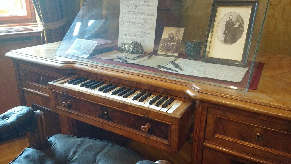 Het componeerbureau, voorzien van een uitschuifbaar drie-octaafs studieklavier, door Bösendorfer ontwikkeld speciaal voor Liszt