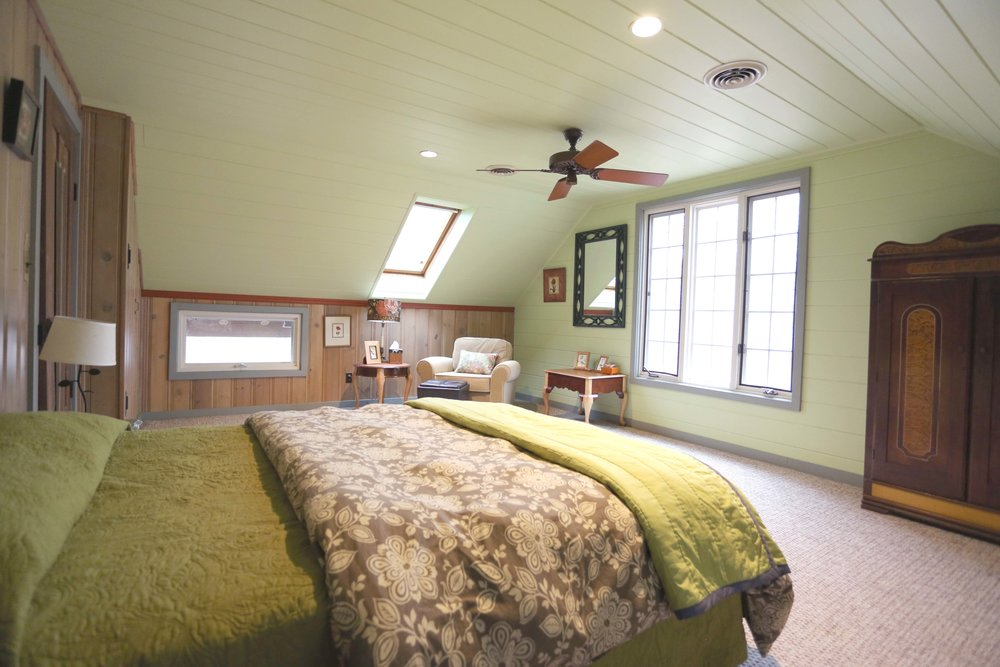 The LakeTrail East Wing includes two upstairs bedrooms (Leopard Room and Bird Room) which share a common full bathroom with separate shower and tub.  Guests share access to a half-bath in the common area. An airy kitchen, dining area, and cozy living room are shared with the West Wing guests.