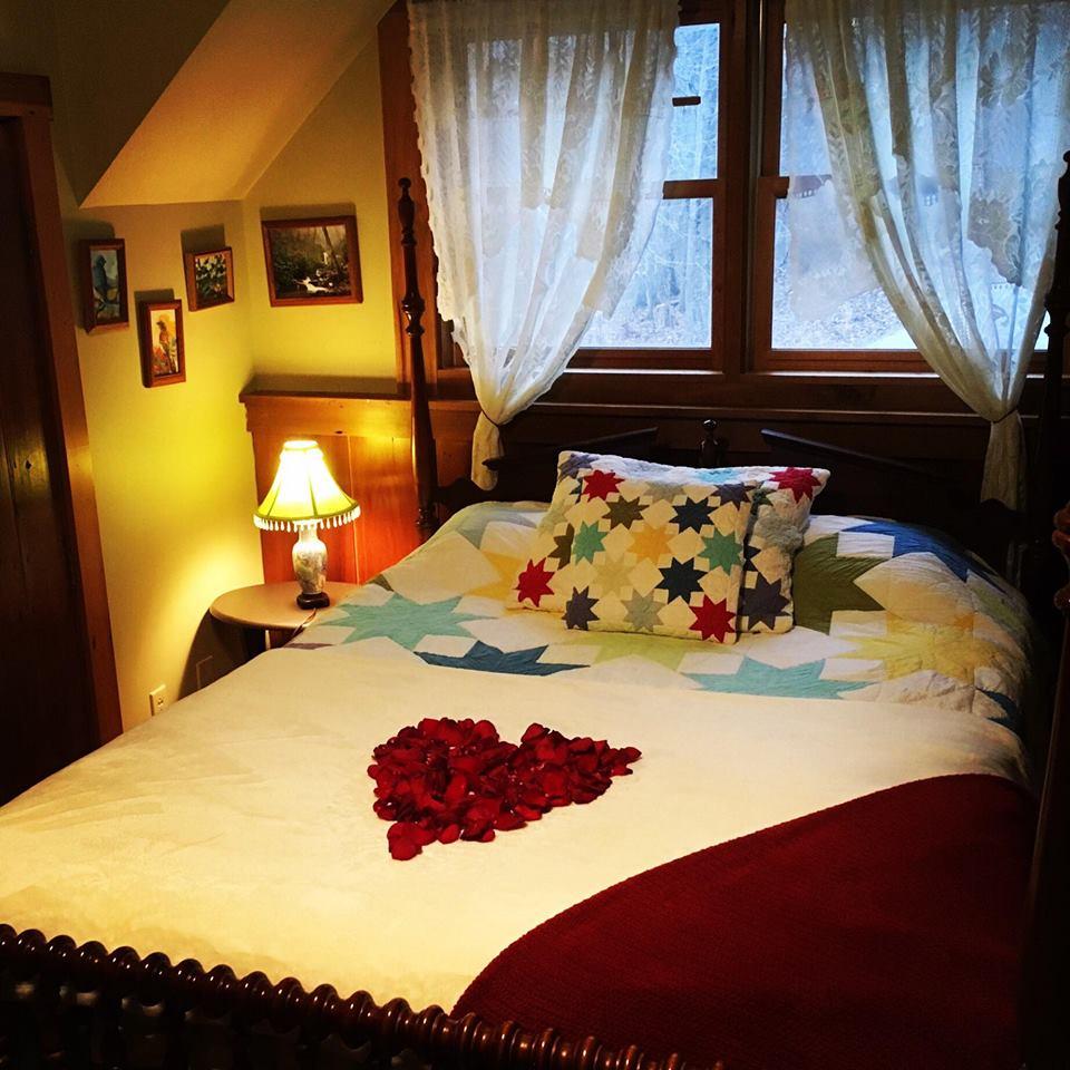 Loveshack Master Bedroom - Queen
