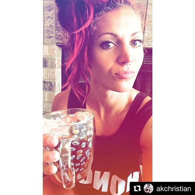 """Ok @akchristian we see you in that crop top!! 😍😍 Link in bio!!! Use """"SUMMER17"""" for a discount!! ----- #Repost @akchristian ・・・ FRIDAY ⚡️🔥💋 #justaselfie #readytolift #andgofast #wodfeecoffee #honoryournutrition"""
