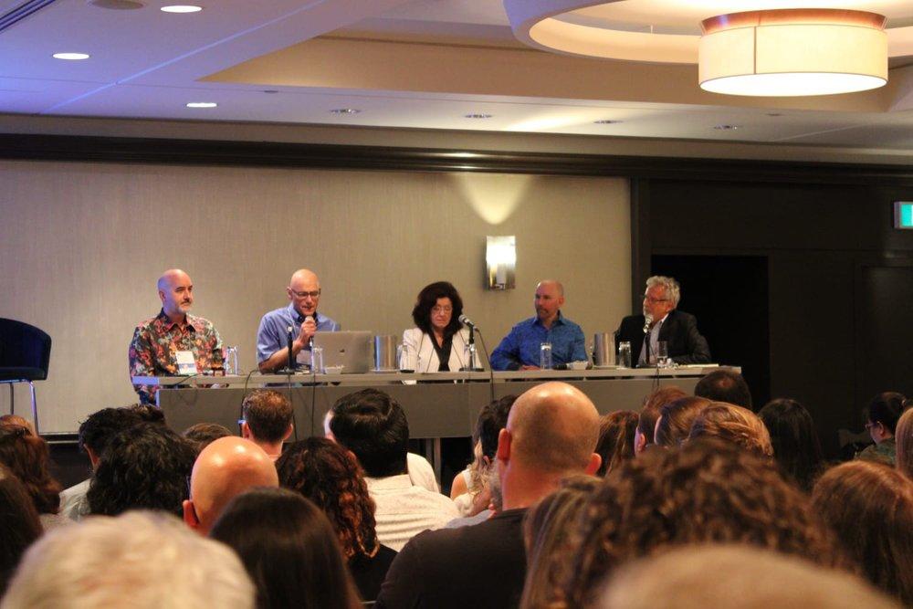 Ein Panel mit Steven Hayes, Dennis Tirch et al.