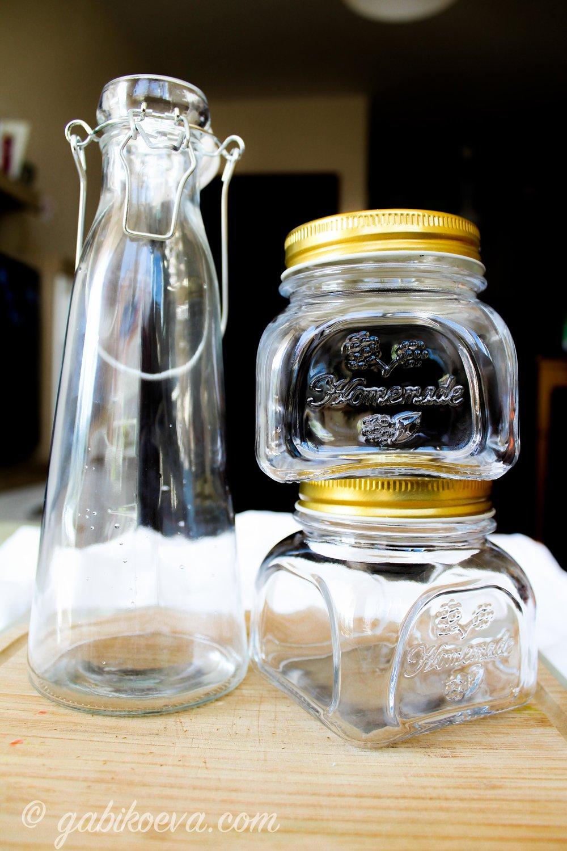 Трябват ти: - - празен съд, (бурканче, шише)- няколко шушулки ванилия (1 и 1/2 на всяка чаша течност)- чист алкохол 40%, водка или спирт (но със спирта внимателно да не е много концентриран!!!)- дъска за рязане и нож