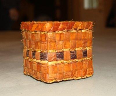 Atelier de fabrication de paniers en cèdre - Instructrice: Barb McMillanDimanche le 3 juin, 20189h à 16h30Coût: $70Ce cours vous apprendra comment enlever l'écorce de l'arbre, préparer l'écorce interne et faire un petit panier carré.Atelier pour les adultes.Tout le matériel sera fourni.GICHETS FERMÉS!