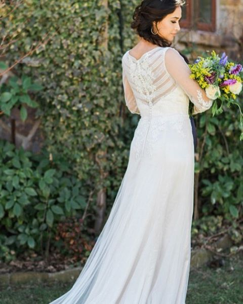 We are absolutely giddy over this styled shoot by @modernloveok and @oksocialevents featuring one of our favorite @bylillianwest gowns! We love when the back details of a dress are just as stunning as the front! 💕 #yourperfectsilhouette #silhouettebridal #tapformoredetails