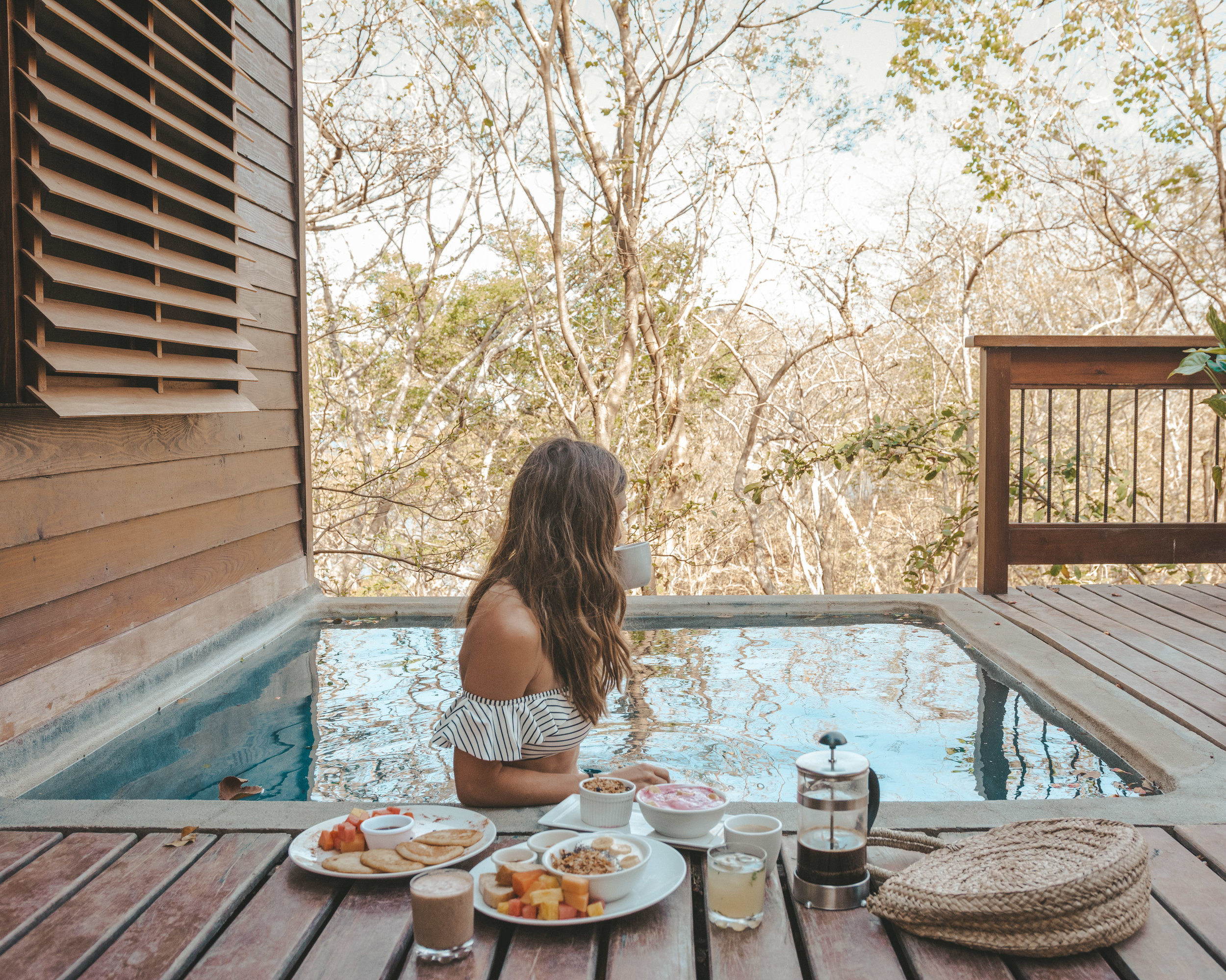 Breakfast in the pool in the treehouse