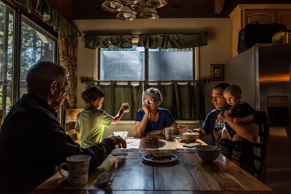 Family eating breakfast and playing cards on vacation by Northern Virginia Family Photographer Nicole Sanchez