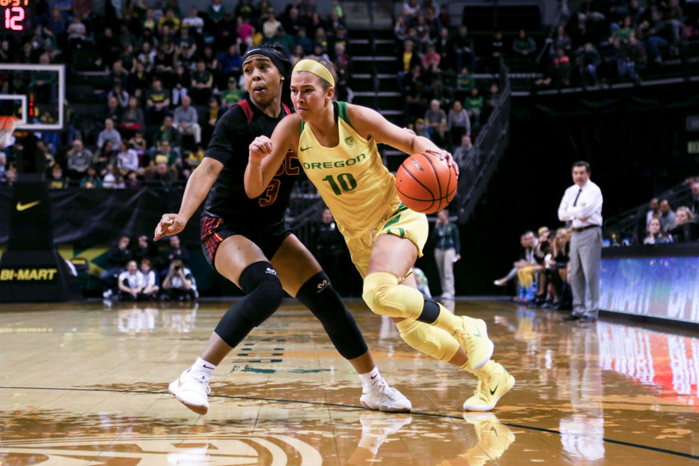 Oregon guard Lexi Bando drives down the court. Oregon Women's Basketball win in double overtime against the University of Southern California Trojans. (Natalie Waitt-Gibson/Emerald)