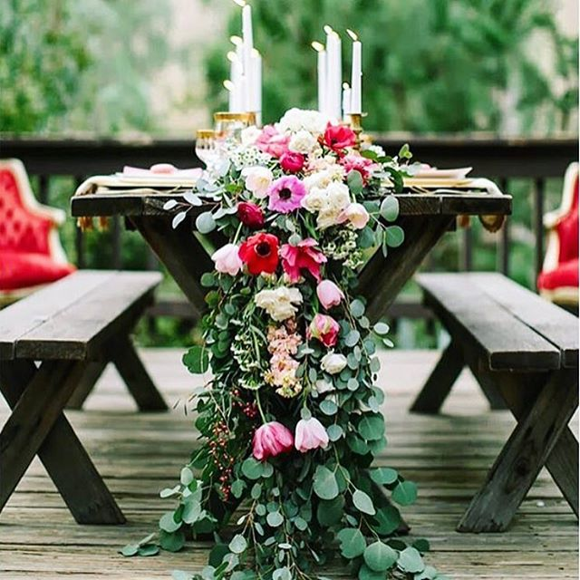 🌷 Hope you're having a fabulous weekend!  Here's a dreamy floral runner from @colinweddings to brighten your afternoon 🌷