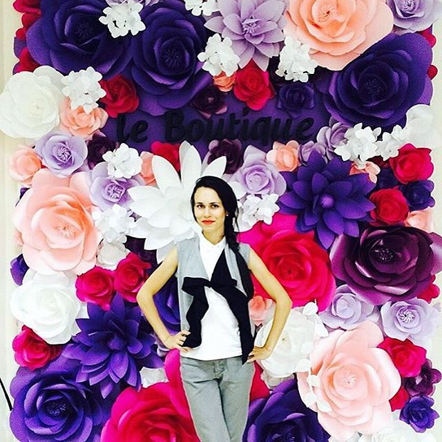 Isn't this backdrop of paper flowers by @mio_gallery insanely gorgeous?! Perfect for a photo booth background or behind a sweetheart table 💜