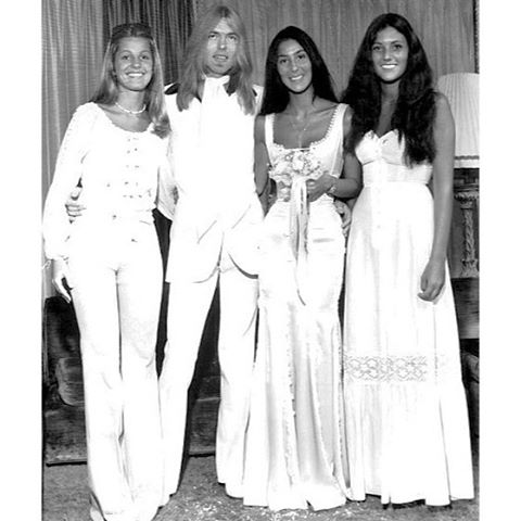 It's time for #famousbridesfriday again! I'm in love with Cher's form-fitting wedding dress 😍 Here she is at her wedding to Gregg Allman in 1975 #70sbride