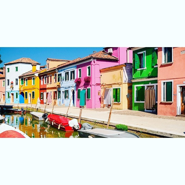 This rainbow colored street in Burano, Italy is such a treat for the eyes! #colorinspo #burano