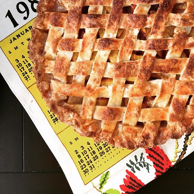 The juiciest Texas peaches with a splash of lemon and a pinch of coconut sugar. Buttermilk pie crust with @cup4cup. Grandmother's pristine tea towel calendar from 1982. 🇨🇱 lattice inspired by @jennyeesf