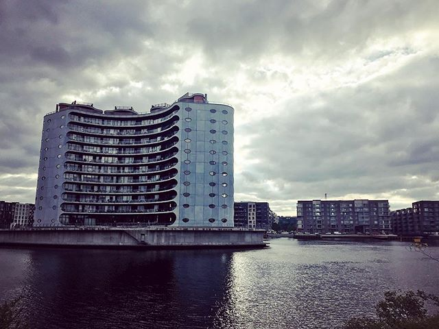 some of Copenhagen's newer areas have splendid apartments and views! on a tour along the Harbour Ring you can explore them with us. 🚲 #summer #copenhagen #visitdenmark #visitcopenhagen #architecture #copenhagenvisitorservice #picoftheday #localhood #biking #cycling