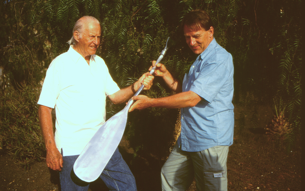 THOR HEYERDAHL WAS AWARDED WIF´S ENVIRONMENTAL PRIZE IN 1994. THE PADDLE AS A SYMBOL OF HIS PROGRESSIVE ACHIEVEMENTS WAS CREATED BY NORWAY¨S FAMOUS ARTIST KJELL NUPEN. DR. ARNE FJØRTOFT, WIF¨S SCEREATRY GENERAL HANDED OVER THE PRIZE.