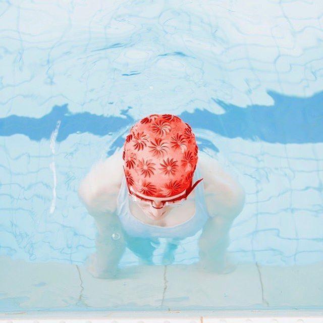⠀ [ La piscine] 🏊♀️⠀ Deux fois par semaine, je passe une heure à la piscine. J'ai commencé cet été à me remettre à cette activité. Depuis un an, je n'ai jamais eu autant besoin  de trouver quelque chose pour me tenir en forme. Tenir sa boite seule (ou pas d'ailleurs) est souvent épuisant et demande de trouver l'énergie pour tenir sur la durée. ⠀ ⠀ J'ai donc bloqué dans la semaine deux créneaux de plus de deux heures en pleine journée  pour m'adonner à des loisirs . Évidemment cette décision n'a pas immédiatement coulé de source et sans l'insistance de l'homme avec qui je vis, j'aurais probablement abandonné rapidement, comme je l'ai tenté plus d'une fois en prétextant une réunion incontournable.🤷🏼♀️⠀ ⠀ Et c'est aussi grâce à une paire de palmes que j'ai persévéré.  J'ai découvert le bonheur de ne pas faire du sur-place  en nageant et d'effectuer mes aller-retour sans grand effort physique. ⠀ ⠀ Les bienfaits de l'eau me permettent dans un premier temps de libérer mon esprit des questions qui tournent souvent en boucle dans  ma tête et d'accéder à une  sorte d'état méditatif qui prend le dessus. Et là, de nouvelles idées qui n'avaient pas pû se frayer un chemin pour éclore lorsque j'étais  assise devant mon bureau, naissent claires et précises.⠀ ⠀ La culpabilité que j'aurai pû ressentir dans cette longue pause dans mon emploi de temps, est totalement inexistante tant je pense que ce moment est le plus créatif et efficace de ma semaine !⠀ ⠀ ❓Est ce que de votre côté vous réussissez à débloquer des moments rien que pour vous, qui vous permettent de tenir sur la longueur ?⠀ ⠀ ⠀ 📸 @maria.svarbova . J'adore le travail de cette  photographe, je vous conseille d'aller jeter un oeil si vous ne connaissez pas.⠀ ⠀