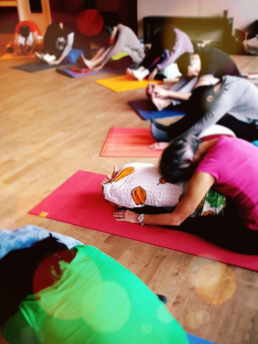 """Atelier """"Yin Yoga et massage sonore"""" en collaboration avec Francette Filhol, Studio Sablier, Angoulême, 2017."""