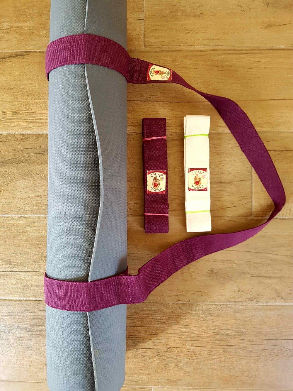 Sangles de tapis - Sangle de transport 14€TTC100% coton issue de l'agriculture biologique. Pratique pour transporter un tapis de yoga. Le tapis reste maintenu grâce à une bande velcro. Couleur : écru disponible