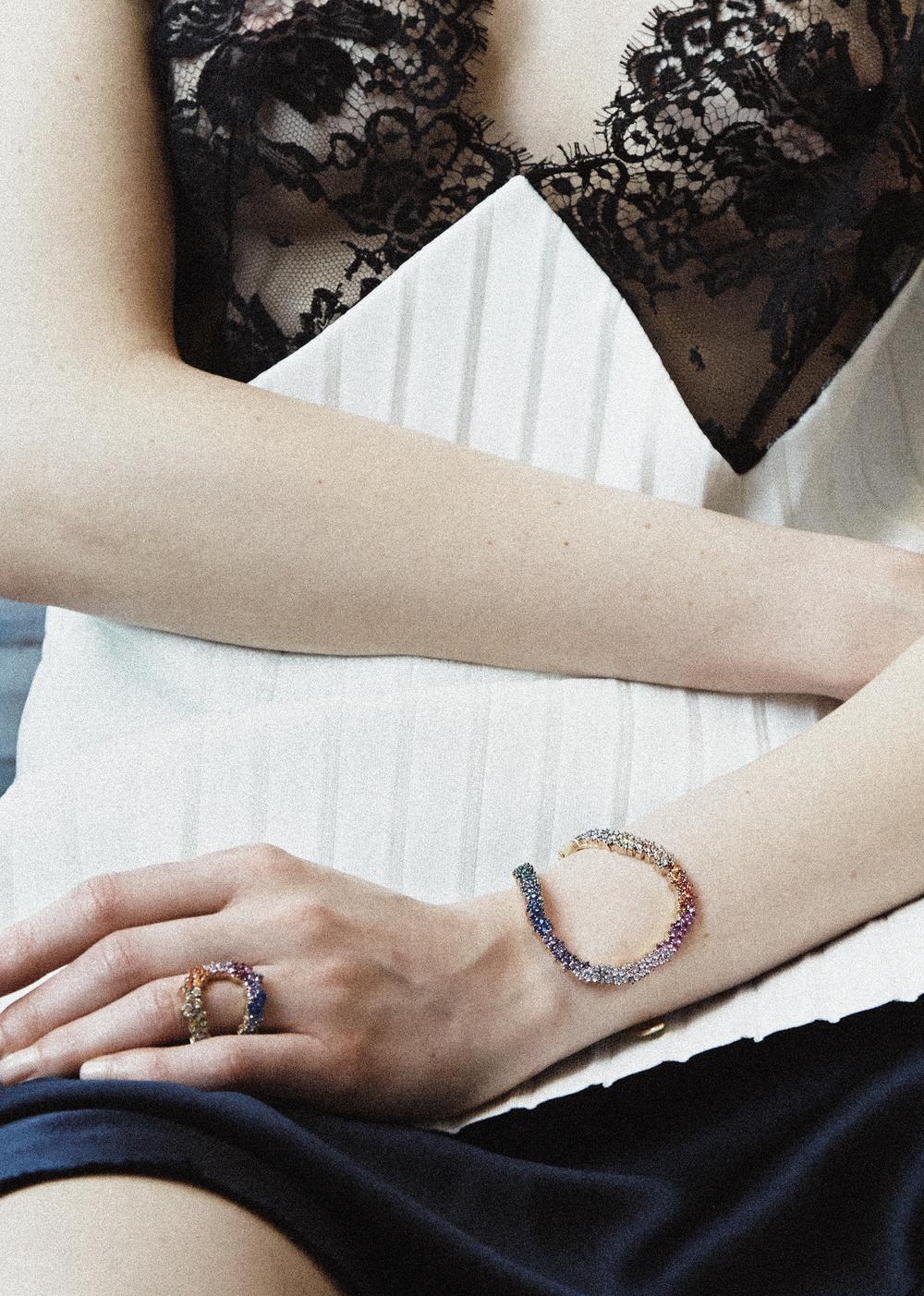 Vestido de  CÉLINE , brazalete y anillo de A NA KHOURI