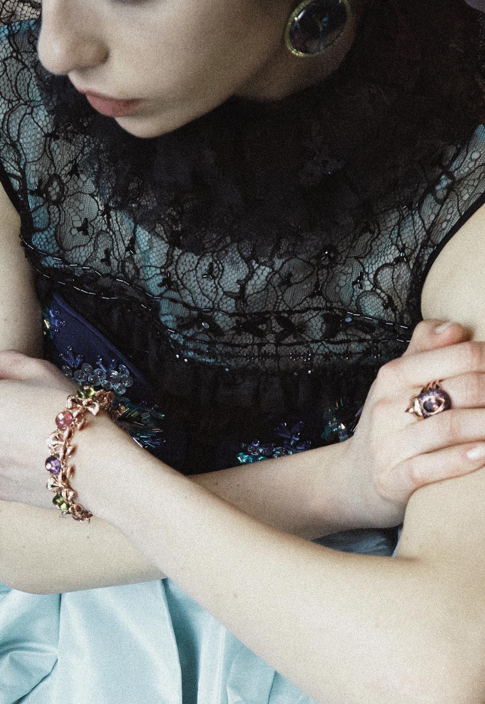 Blusa sin mangas y falda de  OSCAR DE LA RENTA , aretes de  MISH , brazalete de  BULGARI , anillo de  DANIELA VILLEGAS
