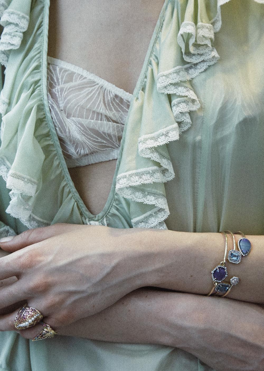 Vestido de  MIU MIU , Sujetador de  ARAKS , brazaletes de  GEMMA WYNNE , anillos de  VENYX