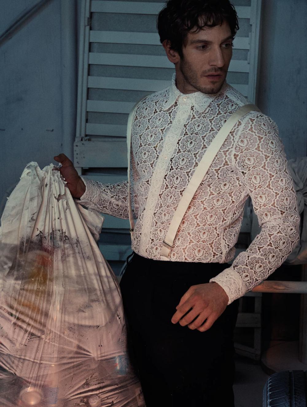 Camisa y pantalón de  BURBERRY PRORSUM , tirantes de  CHARVET