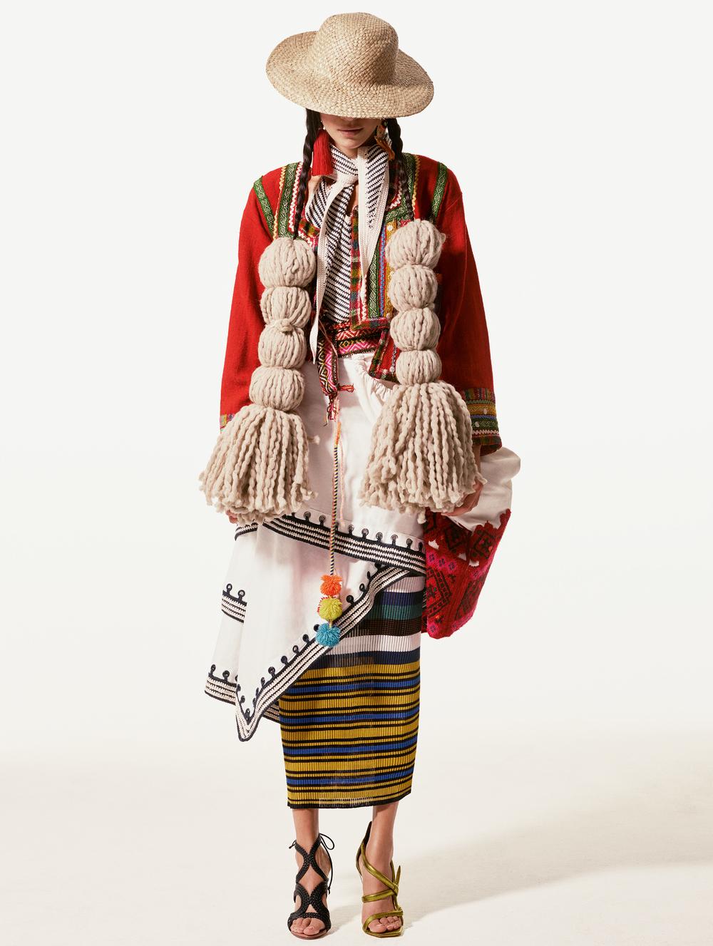 Falda blanca y camisa de  ROSIE ASSOULIN , vestido de  MISSONI , chaqueta peruana, pantalones tejidos chiapanecos, sombrero vintage, arete color rojo de  LANVIN  en Albright Fashion Library, arete dorado de  MERCEDES SALAZAR . En pie derecho: sandalia de  FRANCESO RUSSO , en pie izquierdo: sandalia de  JIMMY CHOO