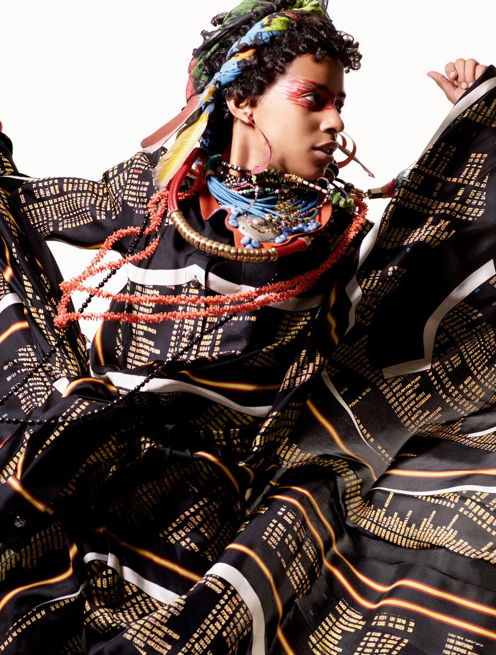 Vestido, blusa y pantalón de  CHANEL , bufanda en la cabeza de  FALIERO SARTI , aretes de  ROSIE ASSOULIN . Collares: (de arriba hacia abajo) cuentas de  WALT   CASSIDY , collar de tela de  PARME MARIN , collares con magnéticos de  LE BRAIN , brazaletes de resina de  DINOSAUR DESIGNS