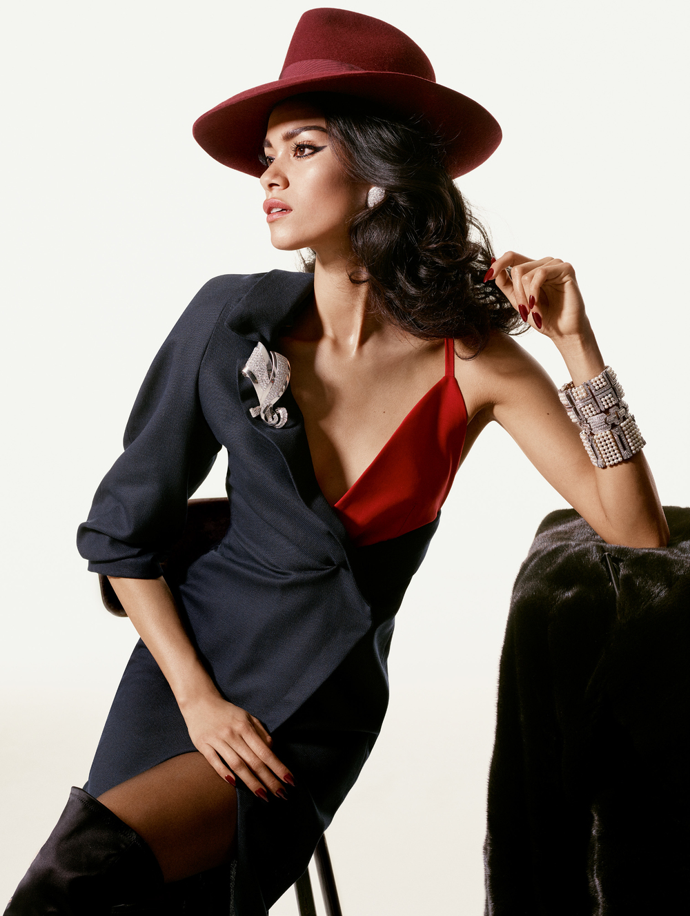 Vestido de  JACQUEMUS , sombrero de  JJ HAT CENTER , aretes, brazaletes y broche de  ELLA GEM , botas de  TOM FORD  para  YVES SAINT LAURENT  de Albright Fashion Library