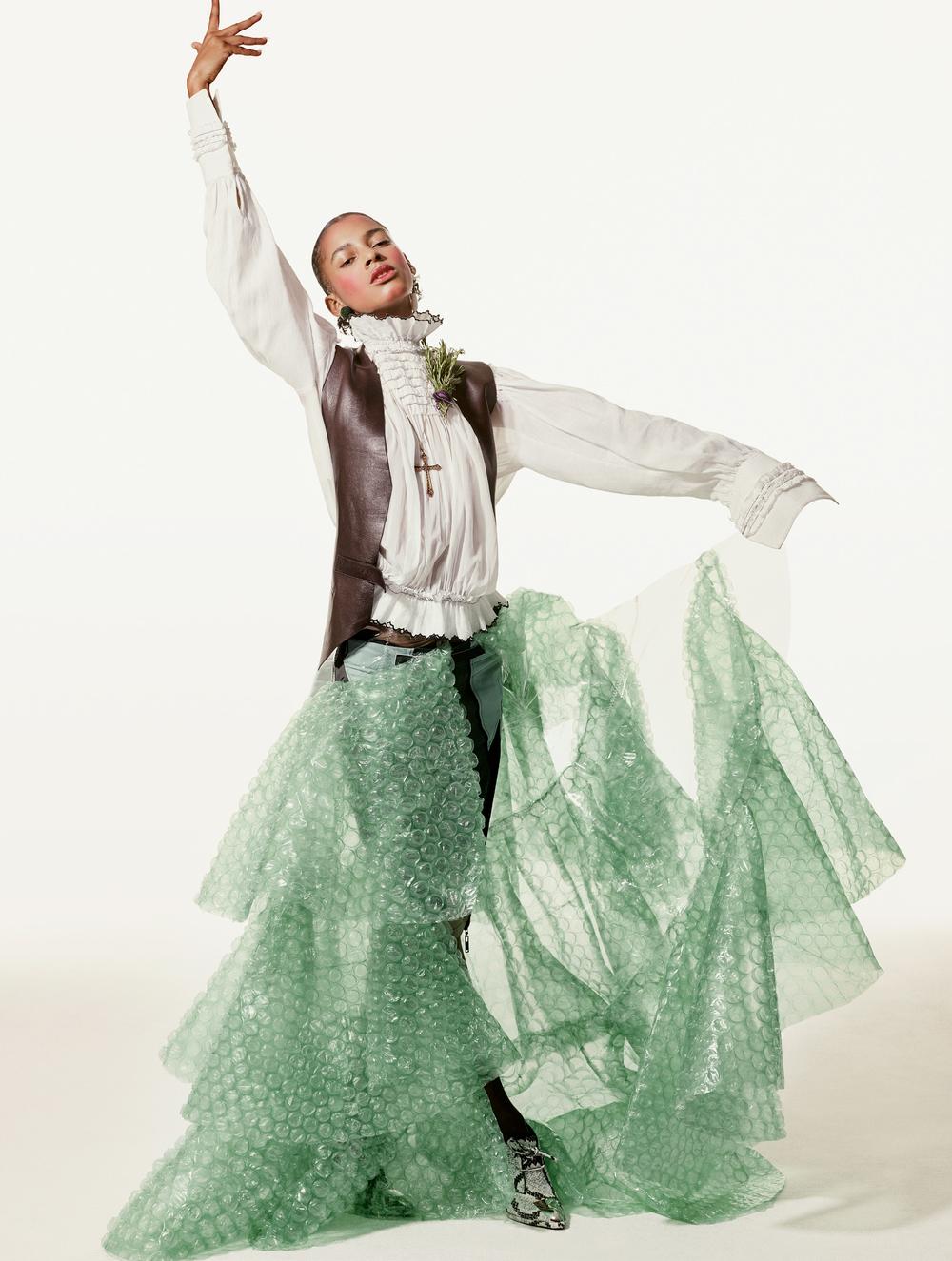 Blusa, pantalones cortos, zapatillas y chaleco todo de  LOUIS VUITTON , falda hecha a la medida de  IZQUIERDO STUDIO