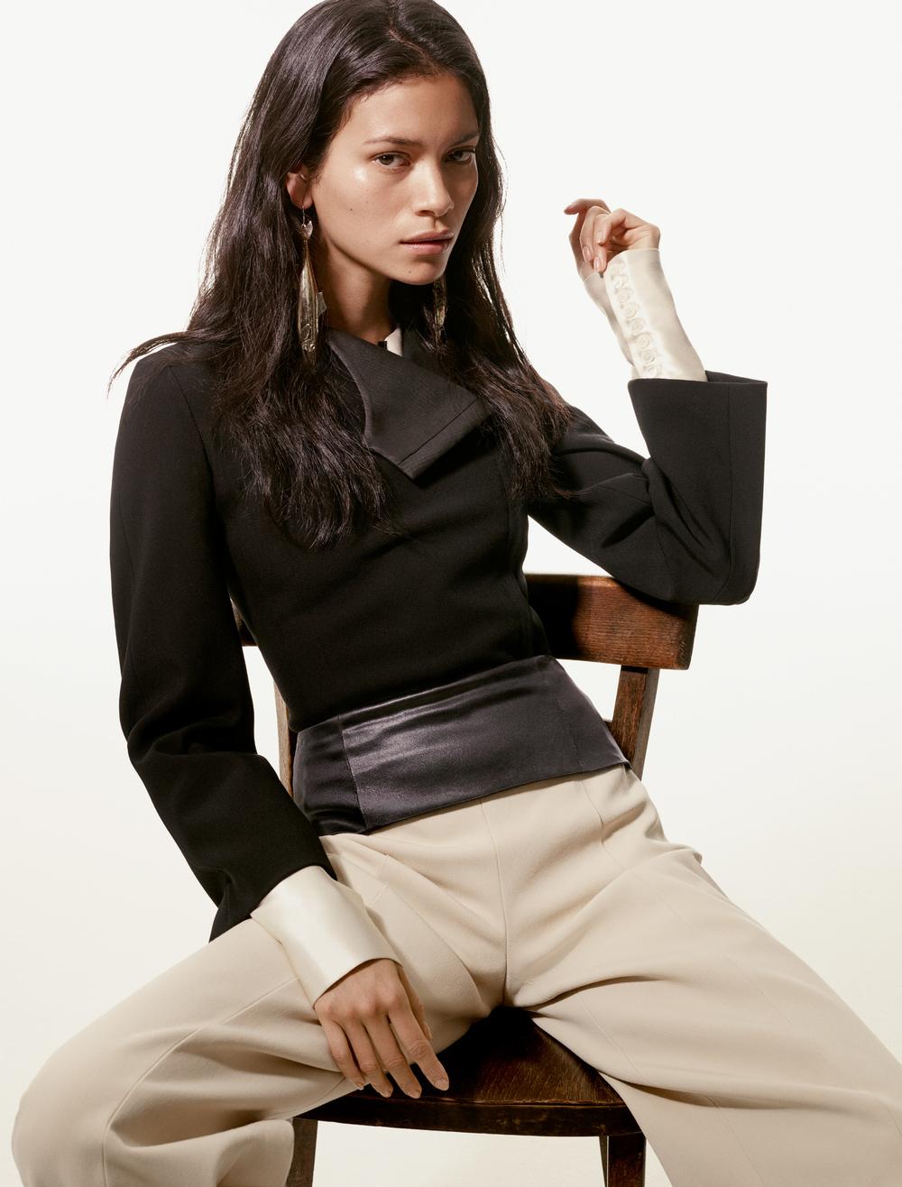 Pantalón de  NARCISO RODRIGUEZ , aretes de  ANNDRA NEEN , chaqueta y blusa de seda de  ELLERY
