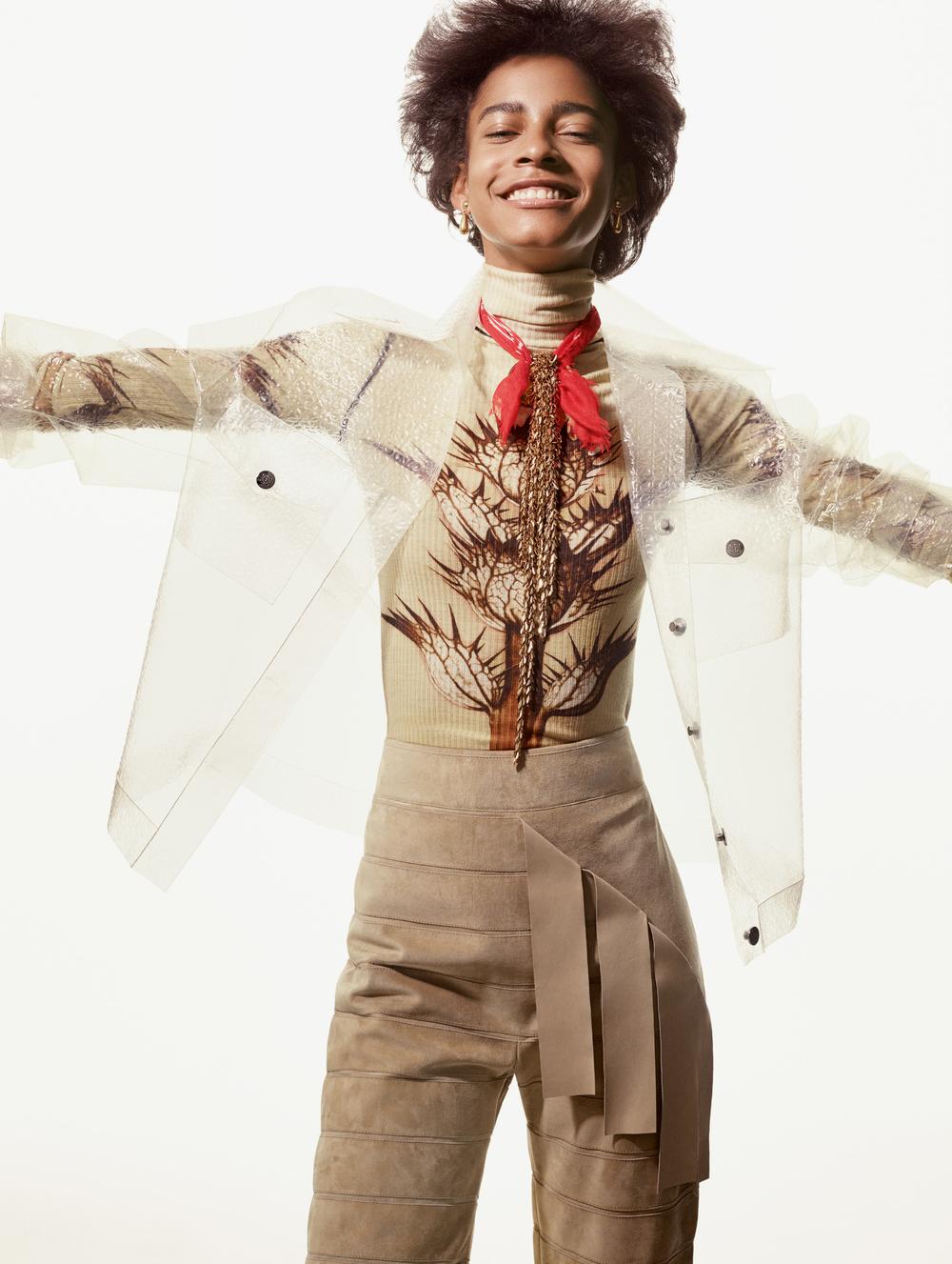 Chaqueta, blusa, pantalón y brazalete (usado como collar), todo de  LOEWE , pañoleta de  TRUE RELIGION