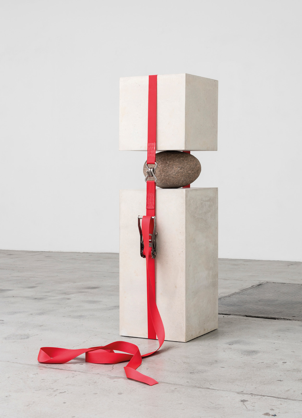 Joint Effort, 2015, Concreto piedra y cincho de carga, 141 x 40 x 45, Vista de instalación de la exposición A Line Written on Every Corner, 2015, galería Nicolai Wallner