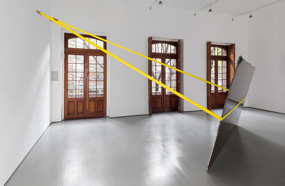 Sin título (Zimbabwe), 2014, Mármol de Zimbabwe y cincho de carga, 192 x 355 x 2, Vista de instalación de la exposición State of Rest, 2014, en la galería OMR, Ciudad de México