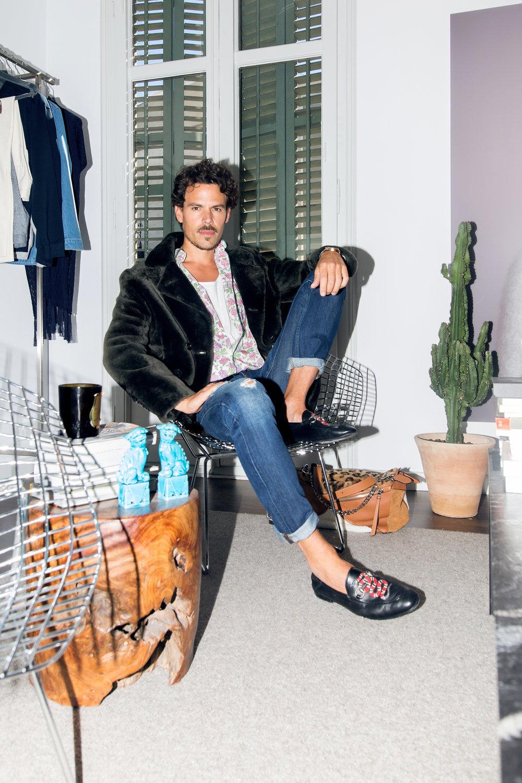 Camisa liberty, camiseta y peacoat de moutón de  Avellaneda , pantalón  Sandro , mocasín de  Gucci  y bolso puzzle de  Loewe