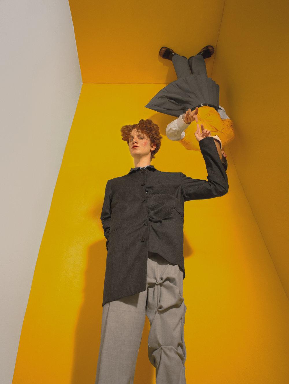 Arriba: camisa de  DIOR HOMME , camiseta de  FILIP Y KITO , cinturón de  CALVIN KLEIN , falda-pantalón de  PEPA SALAZAR  y zapatos de  PRADA . Abajo: chaqueta de  PEUTEREY  y pantalón de  GIORGIO ARMANI.