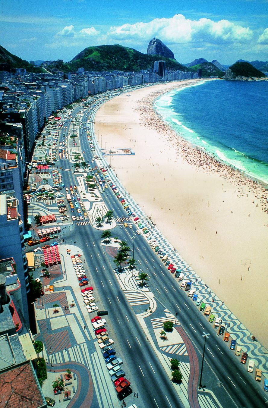 Avenida Atlântica, Copacabana, Rio de Janeiro. Pavimento diseñado por Roberto Burle Marx, 1970. Cortesía de Burle Marx Landscape Design Studio, Rio de Janeiro.