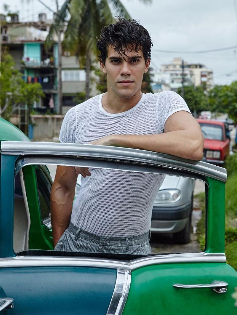 Ocemar viste camiseta de THE WHITE, calzoncillos y pantalón de EMPORIO ARMANI