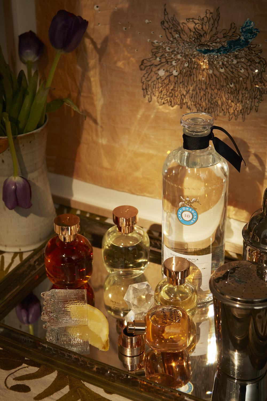 Tequila de  CASA DRAGONES  y perfume de  ARQUISTE .