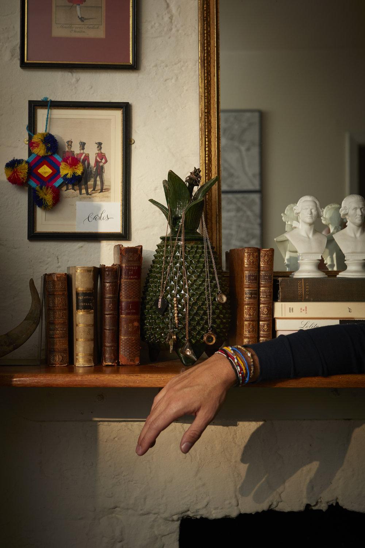 Collares de  LUIS MORAIS ,  DEZSO  y  CARTOGRAPHY  y brazaletes de  LUIS MORAIS .