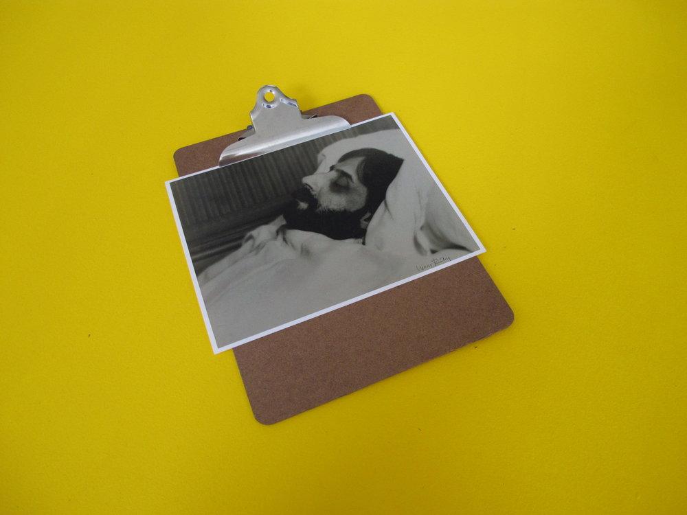 Detalle de Untitled Yellow (Proust/Vermeer), 1976,MDF, acrílico, neón,clipboard con fotografías,365,76 x 243,84.