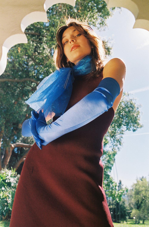 Vestido de  PARI DESAI, guantes y mascada de la estilista