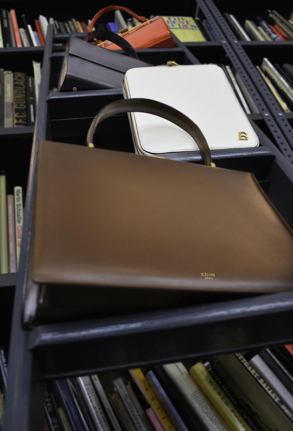 De abajo hacia arriba: bolso de MANSUR GAVRIEL, bolso de HUNTING SEASON, bolso de BALLY y bolso de CÉLINE.
