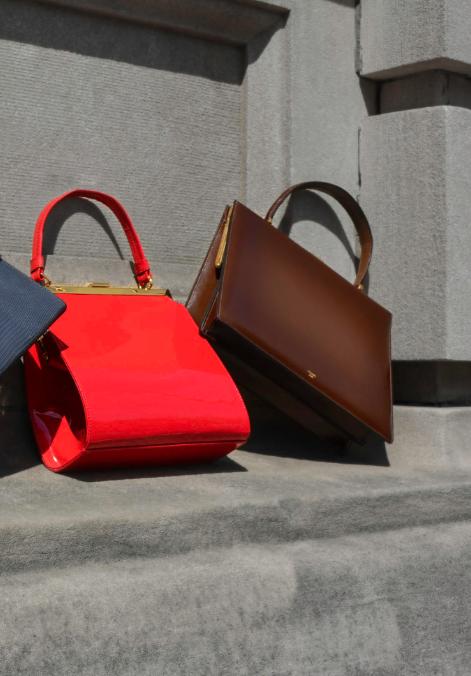 De izquierda a derecha: bolso de MANSUR GAVRIEL y bolso de CÉLINE.